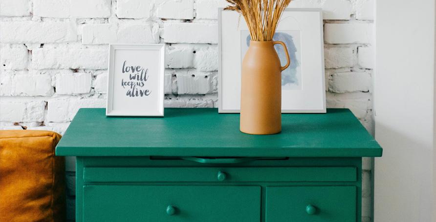 Smalto a base acrilica lucido per la decorazione di superfici.