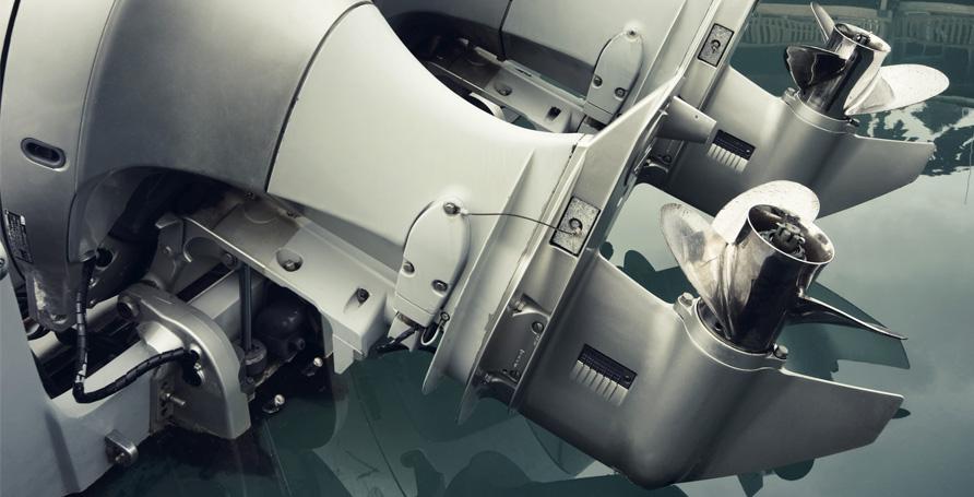 Smalto lucido professionale a base nitro per carrozzerie di motori marini.